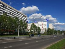 Moskwa Rosja, Maj, - 08 2018 Ruch drogowy na Sosnovaya alei w Zelenograd Obrazy Royalty Free