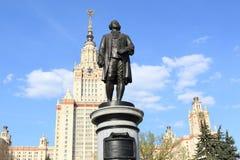 Moskwa Rosja, Maj, - 01, 2019: Rzeźba Mikhail Vasilyevich Lomonosov przeciw tłu Moskwa stanu uniwersytet obrazy stock