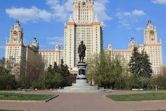 Moskwa Rosja, Maj, - 01, 2019: Rzeźba Mikhail Vasilyevich Lomonosov przed Moskwa stanu uniwersytetem obraz stock
