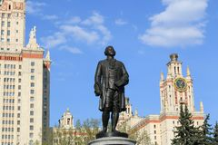 Moskwa Rosja, Maj, - 01, 2019: Rzeźba Mikhail Vasilyevich Lomonosov przed Moskwa stanu uniwersytetem obrazy royalty free