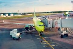 MOSKWA ROSJA, Maj, - 28, 2017: Samolot jest pod ładowaniem w Domodedovo lotnisku Obrazy Stock