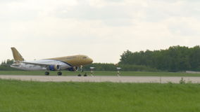 MOSKWA, ROSJA Maj 30, 2017: Samolot linia lotnicza Gulf Air wziąć daleko od lotniskowego domodedovo I latał zbiory