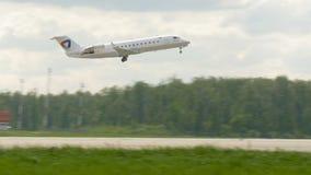 MOSKWA, ROSJA Maj 30, 2017: Samolot linia lotnicza Severstal wziąć daleko od lotniskowego domodedovo I latał zbiory wideo