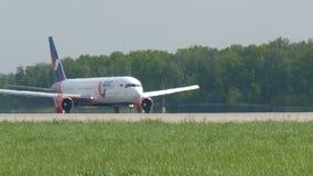 MOSKWA, ROSJA Maj 30, 2017: Samolot linii lotniczej Azur powietrze wziąć daleko od lotniskowego domodedovo I latał zbiory wideo