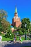 Moskwa Rosja, Maj, - 27, 2018: Troitskaya wierza Moskwa Kremlin na niebieskiego nieba tle Widok od Alexandrovsky ogródu Fotografia Stock