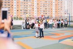 Moskwa, Rosja - 22 2019 Maj: Ucznie chłopiec i dziewczyna dzwonią dzwon na ostatnim skalowaniu i dzwonie fotografia royalty free