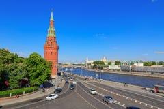 Moskwa Rosja, Maj, - 27, 2018: Vodovzvodnaya wierza Moskwa Kremlin i Kremlevskaya bulwar na niebieskiego nieba tle Obrazy Stock