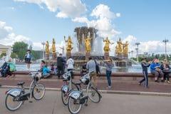 MOSKWA ROSJA, Maj, - 27, 2017: Zaludnia przyjaźni fontannę w wystawie osiągnięcia narodowa gospodarka VDNKh Zdjęcia Royalty Free