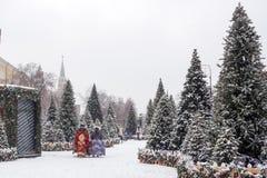 Moskwa, Rosja, Manezhnaya kwadrat mroczny dzień niebieski oddział stać się drzew zimy śnieżną nieba Obraz Stock