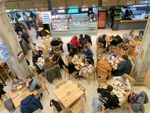 Moskwa, Rosja, Marzec 2019 Środkowy rynek, stacja metra «Tsvetnoy bulwar « Ludzie przy pora lunchu łasowaniem w restauracji, fa fotografia stock