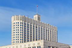 Moskwa Rosja, Marzec, - 25, 2018: Budynek federacja rosyjska rzędu dom na niebieskiego nieba tle Obrazy Royalty Free