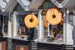 MOSKWA ROSJA, MARZEC, - 02, 2019: Duzi sfałszowani donuts przy przodem kram, uliczny fast food, ciasto i piekarnia w miasto parku zdjęcie stock