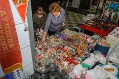 Moskwa Rosja, Marzec, - 19, 2017: Dwa żeńskiego klienta przy kontuarem z rocznik szklaną choinką bawją się przy jarmarkiem Obraz Stock