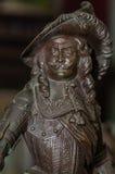 Moskwa Rosja, Marzec, - 19, 2017: Inkasowy antykwarski posążek, portret brązowy muszkieter w kapeluszu z pióra zakończeniem Fotografia Royalty Free
