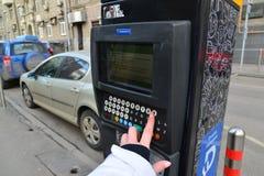 Moskwa Rosja, Marzec, - 14, 2016 Kobiety ręka wchodzić do dane w parking zapłaty maszynie Zdjęcia Royalty Free