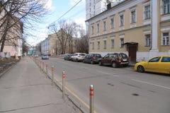 Moskwa Rosja, Marzec, - 14, 2016 Ogrodzenie kolumny wzdłuż drogi w alei Gorokhovskii Fotografia Stock
