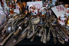 Moskwa Rosja, Marzec, - 19, 2017: Rocznik patynował srebnego artykuły z eleganckimi wzorami na stole antykwarski sklep Obraz Royalty Free