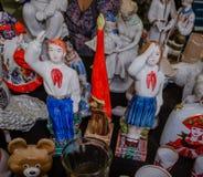 Moskwa Rosja, Marzec, - 19, 2017: Rocznik porcelany figurki harcerze, chłopiec i dziewczyna salutuje przy czerwoną flaga pioniery Zdjęcie Royalty Free