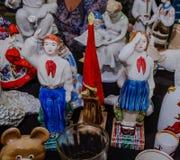 Moskwa Rosja, Marzec, - 19, 2017: Rocznik porcelany figurki harcerze, chłopiec i dziewczyna salutuje przy czerwoną flaga pioniery Obrazy Royalty Free