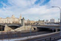 Moskwa Rosja, Marzec, - 25, 2018: Widok mosty przez Moskva rzekę od Rostovskaya bulwaru Obrazy Stock