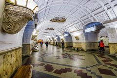 Moskwa, Rosja 26 może blisko Belorussky stacji kolejowej 2019 Belorusskaya stacja metra Piękny jaskrawy lobby dekoruje obraz stock