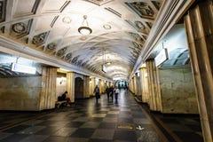 Moskwa, Rosja może 26, 2019 Teatralnaya stacji metrych lokalizuje w sercu miasto blisko placu czerwonego sławny fotografia stock