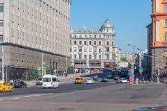 MOSKWA, ROSJA - 21 09 2015 ogólny widok Bolshaya Lubyanka ulica z ruchem drogowym Obraz Stock