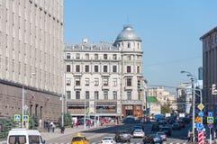 MOSKWA, ROSJA - 21 09 2015 ogólny widok Bolshaya Lubyanka ulica z ruchem drogowym Zdjęcie Royalty Free