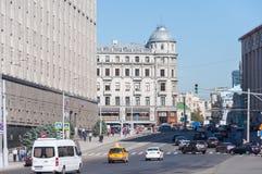 MOSKWA, ROSJA - 21 09 2015 ogólny widok Bolshaya Lubyanka ulica z ruchem drogowym Zdjęcia Royalty Free