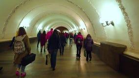 MOSKWA ROSJA, Październik, - 12, 2018: Ludzie chodzi w stacji metrej zbiory