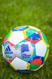 Moskwa, Rosja, Październik 7, 2018: Adidas UEFA narody liga, urzędnika zapałczany balowy szybowiec na trawie obraz royalty free