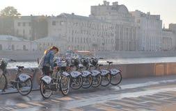 MOSKWA ROSJA, PAŹDZIERNIK, - 15, 2018: Dziewczyna bierze rower od miasto parking do wynajęcia rowerów obrazy royalty free