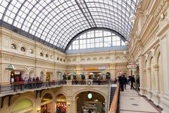 MOSKWA ROSJA, PAŹDZIERNIK, - 06, 2016: Eklektyczny wnętrze GUMOWY departamentu stanu sklep na placu czerwonym Fotografia Stock