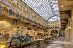 MOSKWA ROSJA, PAŹDZIERNIK, - 06, 2016: Eklektyczny wnętrze GUMOWY departamentu stanu sklep na placu czerwonym Obraz Royalty Free