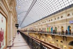 MOSKWA ROSJA, PAŹDZIERNIK, - 06, 2016: Eklektyczny wnętrze GUMOWY departamentu stanu sklep na placu czerwonym Zdjęcia Royalty Free