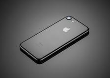 MOSKWA ROSJA, PAŹDZIERNIK, - 22, 2016: Nowy czarny iPhone 7 jest mądrze Zdjęcia Stock
