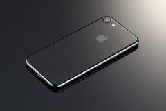 MOSKWA ROSJA, PAŹDZIERNIK, - 22, 2016: Nowy czarny iPhone 7 jest mądrze Obrazy Royalty Free