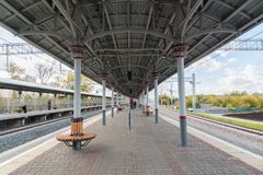 Moskwa Rosja, Październik, - 01 2016 Pasażerska platforma na Likhobory - stacja na Moskwa centrali pierścionku Obrazy Royalty Free