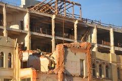 MOSKWA ROSJA, PAŹDZIERNIK, - 16, 2018: Pracownicy rozmontowywają starego budynek Tutaj budują hotelowego kompleksu Sad Zaryadya « fotografia stock