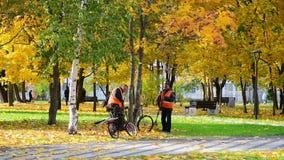 Moskwa, Rosja - 3 października 2019 r. Pracownicy Wspólnoty przetrząsający jesienne liście w parku zbiory wideo