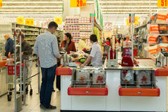 Moskwa Rosja, Październik, - 01 2016 o gotówkowych nabywcach w sklepie Auchan w zakupy i rozrywki centrum Gagarin Zdjęcia Royalty Free