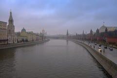 Moskwa, Rosja, panorama Kremlin w dżdżystym, mgłowym dniu, Obraz Royalty Free