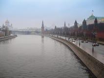 Moskwa, Rosja, panorama Kremlin w dżdżystym, mgłowym dniu, Obrazy Royalty Free