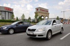 MOSKWA, ROSJA - 29 05 2015 Samochodu jeżdżenie na obwodnicie blisko rozrywka krokusa powikłanego Vegas i miasta Obraz Royalty Free