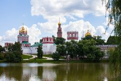 Moskwa, Rosja, Sierpień/- 2, 2013: Widok przez staw przy Novodevichy klasztorem blisko Luzhniki zdjęcia stock