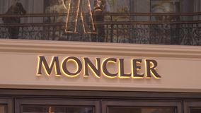 MOSKWA ROSJA, SIERPIEŃ, - 10, 2018 Moncler butik zbiory