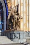 Moskwa Rosja, Sierpień, - 01, 2018: Rzeźbiony grupowy pobliski wejście pawilonu kniaź SSR na wystawie osiągnięcia Na obraz royalty free