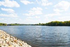 MOSKWA ROSJA, SIERPIEŃ, - 23, 2015: Rzeka i kamienna plaża w Kolomenskoye obrazy stock