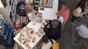 MOSKWA ROSJA, SIERPIEŃ, - 5, 2018: Turysty zakupu oficjalne pamiątki - Zabivaka zabawka w punkcie sprzedaż sporta sklep wewnątrz zdjęcie wideo