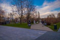 MOSKWA ROSJA, SIERPIEŃ, - 02, 2008: Widok mężczyzna odprowadzenie w MUZEON parku sztuki poprzedni dzwonił parka Spadać bohaterzy Zdjęcie Royalty Free